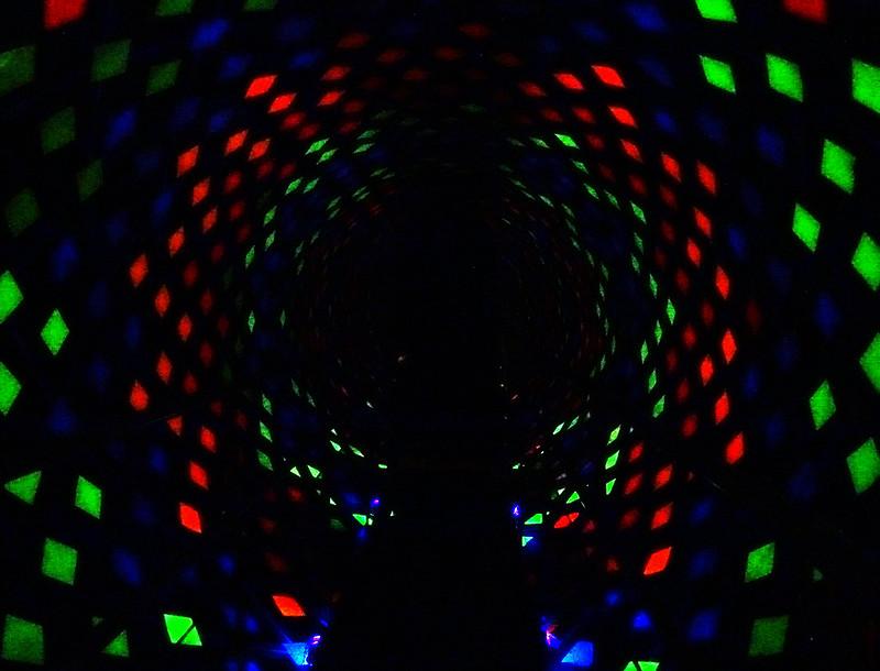 ambiente escuro iluminado com luzes coloridas