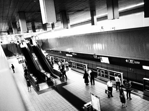 台北MRT駅プラットフォームのモノクロ写真