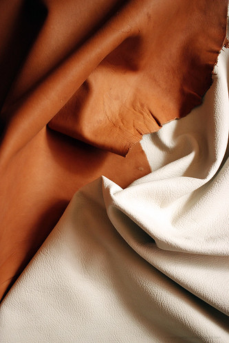 PoronnahkaaOmpelimoRokita Nahkatehdas vierailu Ahlskog Tannery nahkaa poronnahka erikoisnahat leathers from Finland kotimainen nahka mittatilaustuotteet nahkatyöt Ahlskog Leather Kruunupyy Kokkola nahan ekologisuus ekologisempaa nahkaa eco leather