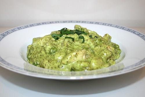 Gnocchi with turkey in ramson soft goat cheese sauce - Side view / Gnocchi mit Pute in Bärlauch-Ziegenfrischkäse-Sauce - Seitenansicht