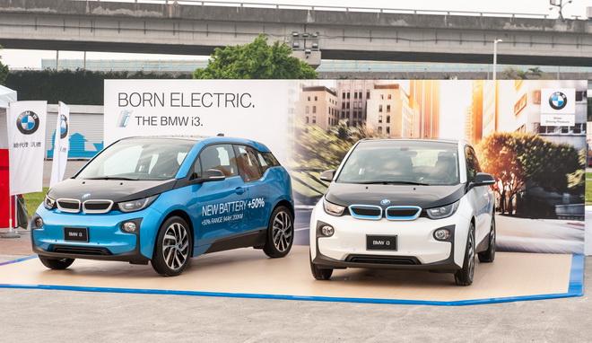 [新聞照片五] BMW 總代理汎德公司於主會場的BMW攤位展出BMW i3,讓參與民眾一覽BMW的節能科技!