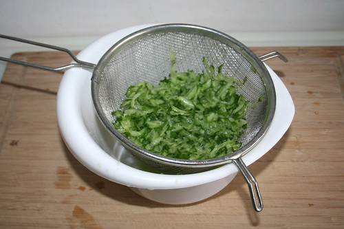 44 - Gurkenstreifen salzen & abtropfen lassen / Salt & drain cucumber stripes