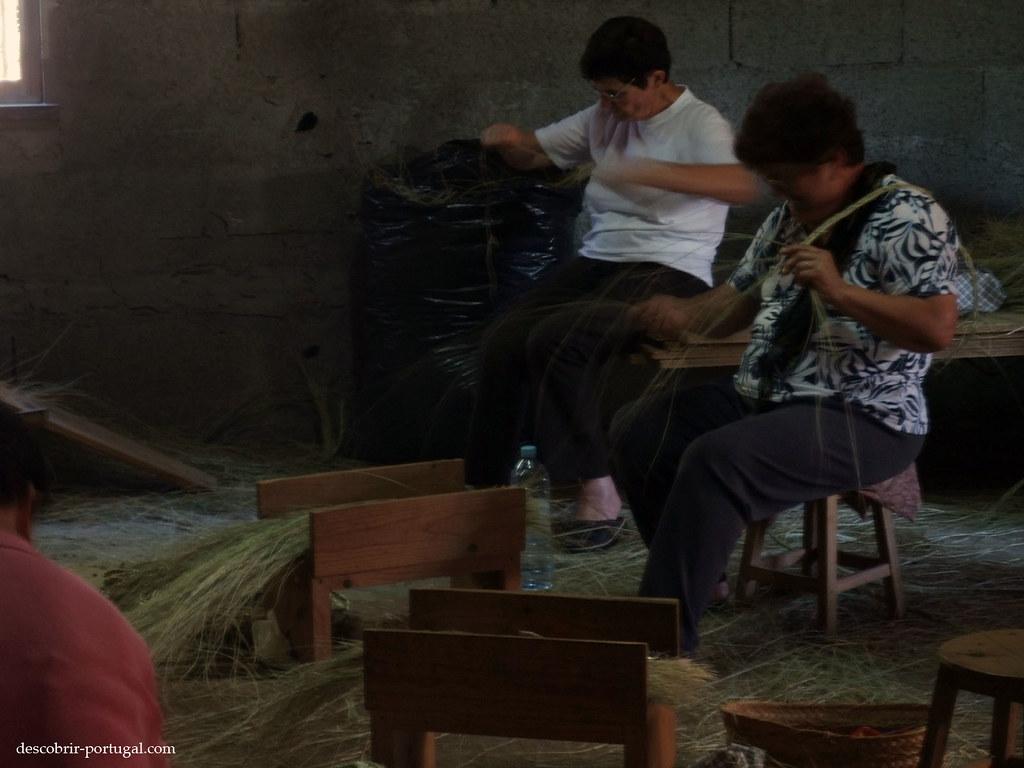 On tresse les fibres végétales dans l'atelier