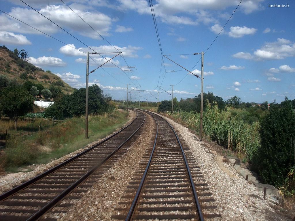 La courbure des voies empêche les trains d'aller vite