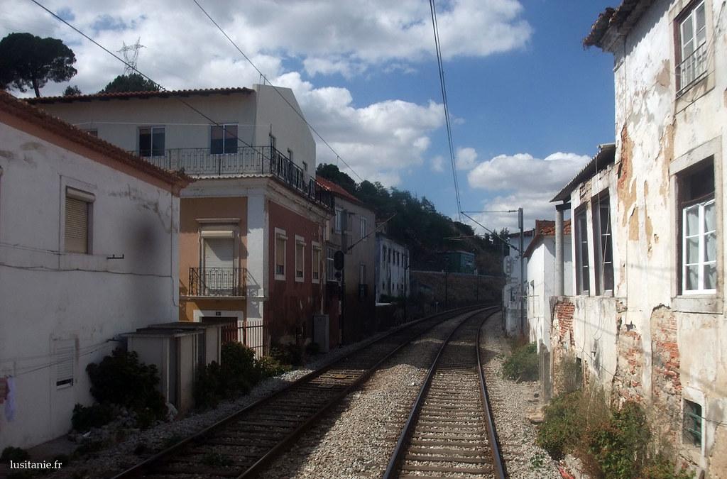 Les maisons sont collées à la voie ferrée