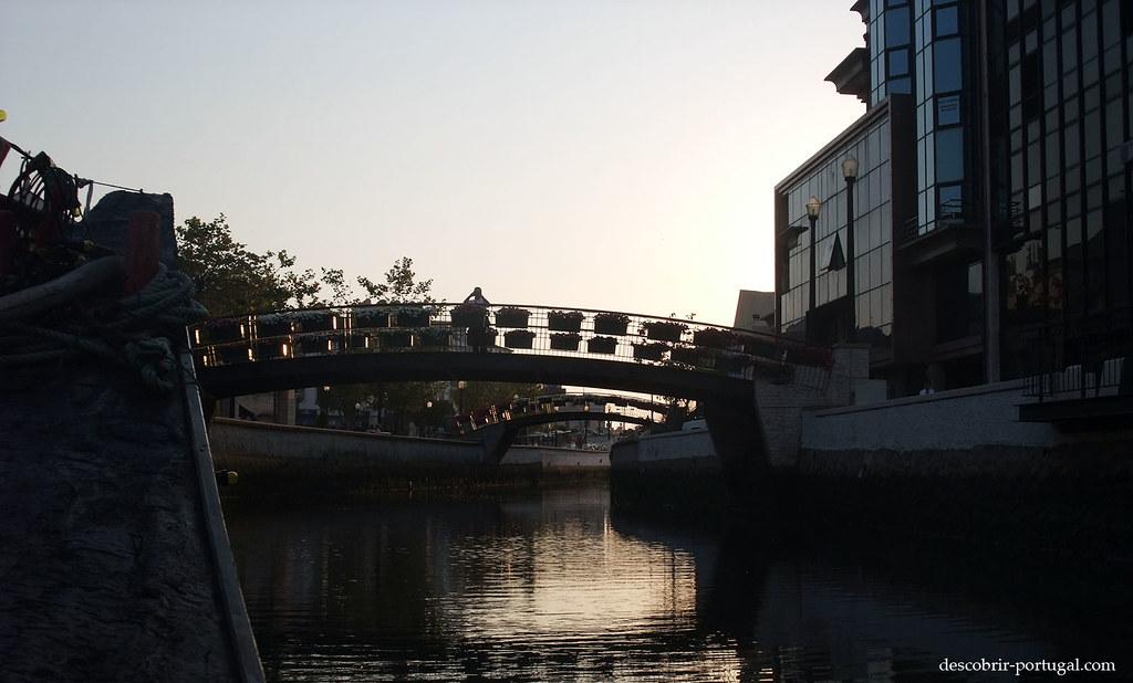 Les ponts piétonniers sont décorés de bacs de fleurs