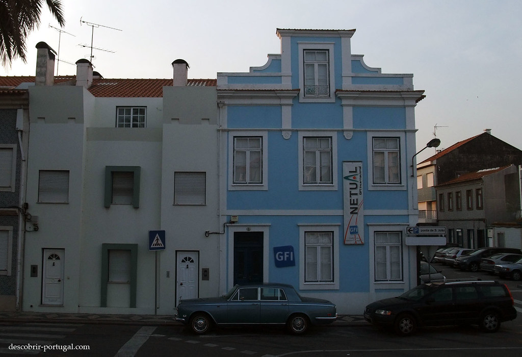 Rolls stationnée devant un immeuble…