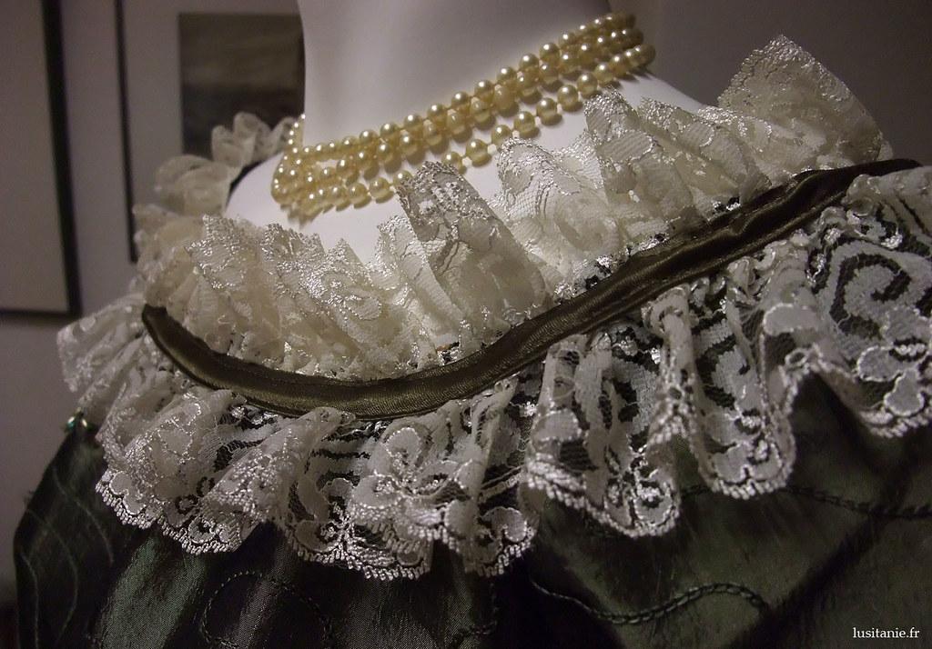 Collier de perles et dentelle