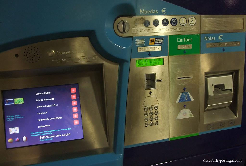 La machine accepte les billets, la carte bleue et propose du braille pour les aveugles.