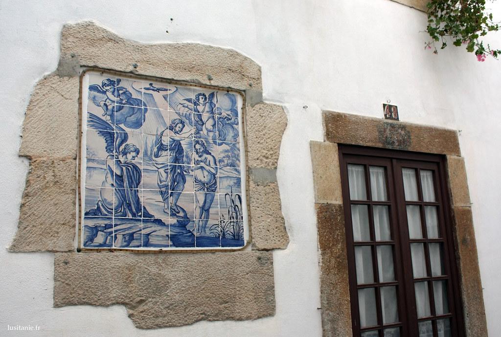 Carrelage bleu, les azulejos, décorant cette maison