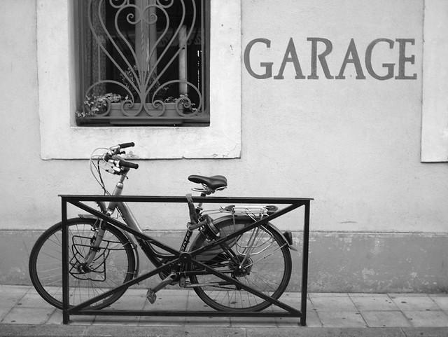 garage v lo garage v lo arles 2007 emmanuel bertrand flickr. Black Bedroom Furniture Sets. Home Design Ideas