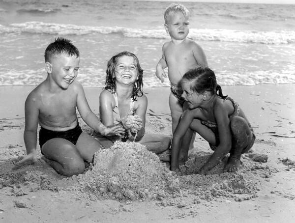 Children Playing In The Sand At Lido Beach Sarasota, Flor -7949