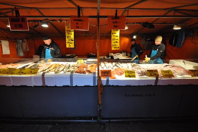 Vendiendo Arenque en el mercado de Helsinki