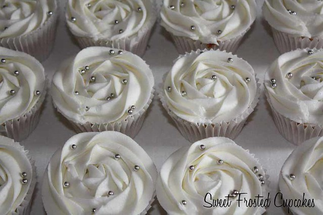 Platinum silver roses cupcakes - Cake by Icing to Slicing - CakesDecor