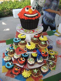 Sesame Street cupcake tower 1st Birthday | Big Bird, Elmo ...