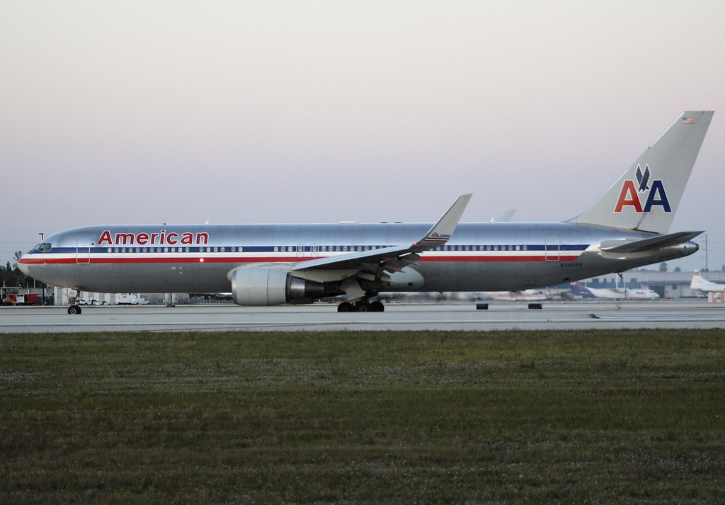 American Airlines 767-300 w/ winglets | Taxiing to runway ...