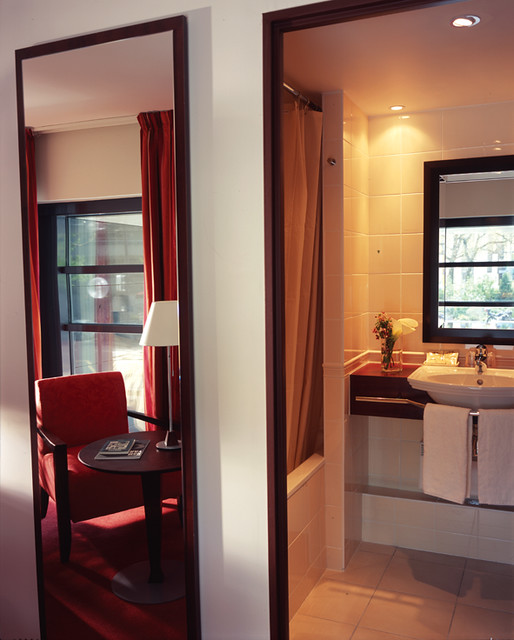 Bathroom and modern room with red curtains at the hotel co for Harmony hotel paris