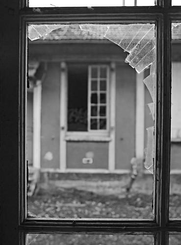 a travers vitre cassee benjamin masdoua flickr. Black Bedroom Furniture Sets. Home Design Ideas