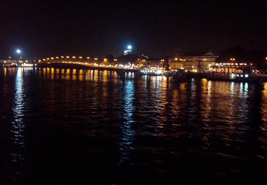 Mandovi bridge in Goa and cruises on the river. Source: Souvik Das Gupta/Flickr
