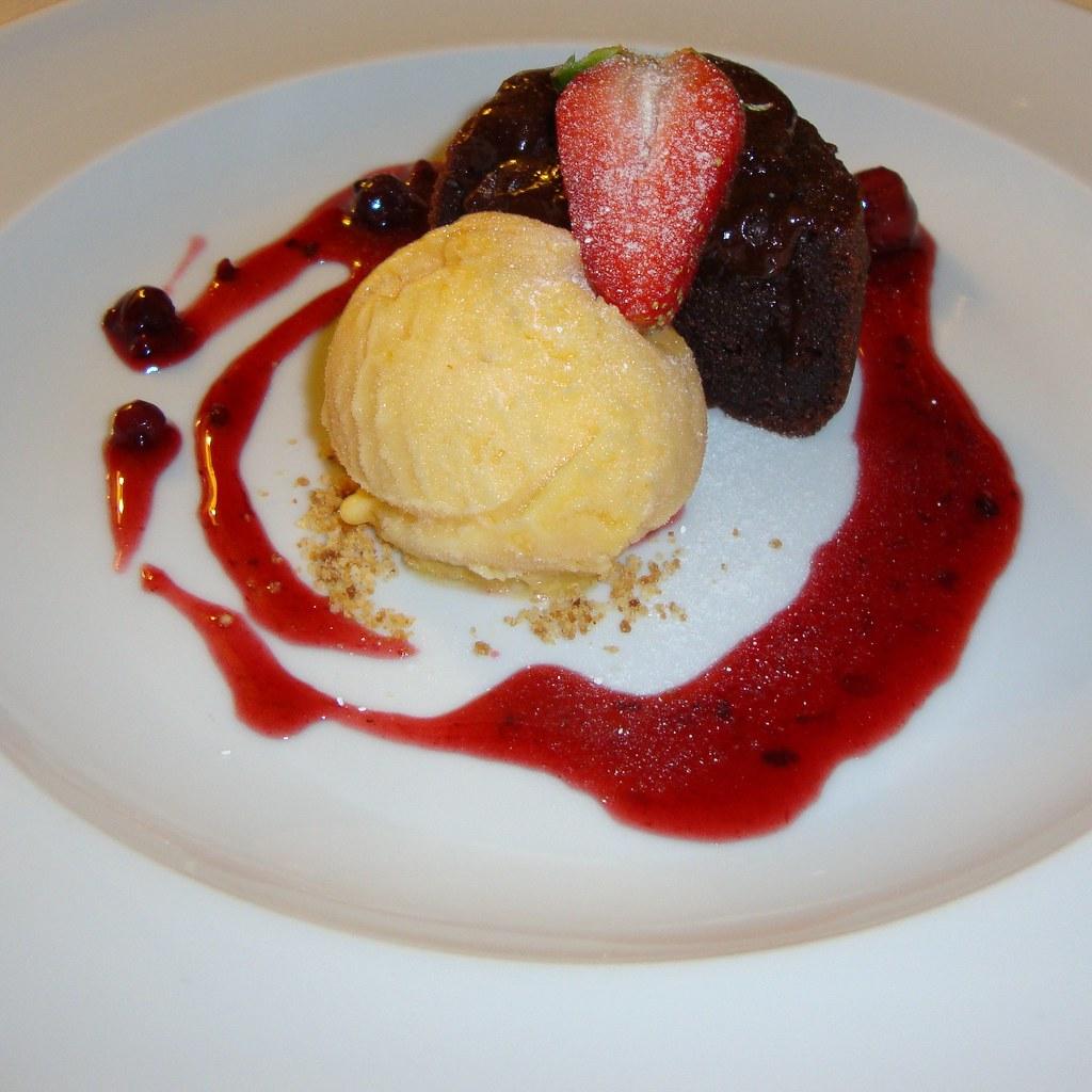 demi-cuit de chocolate com sorvete de tangerina e molho de… | flickr