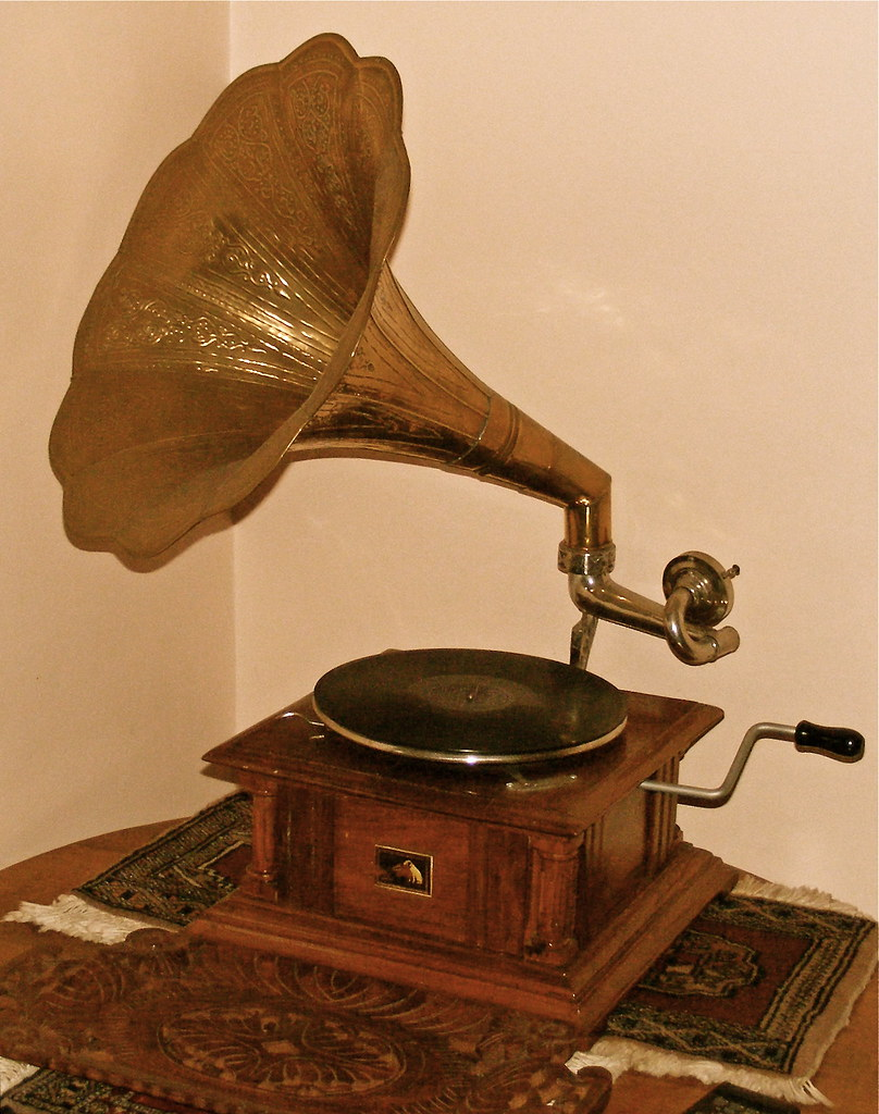 Hmv gramophone a classic wind up gramophone of the 1930 for Silverleaf com
