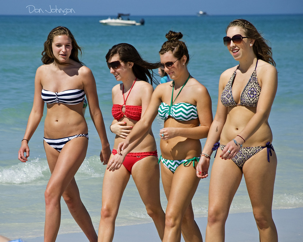 Sexy girls in ittybitty bikinis  theCHIVE
