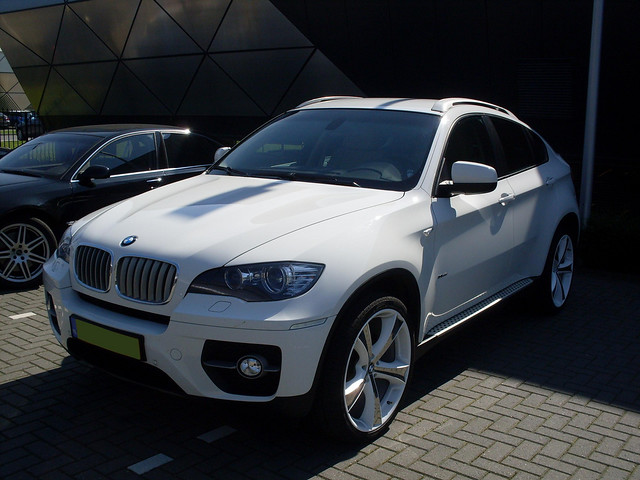BMW X6 | I have never seen white car on white-chrome rims ...