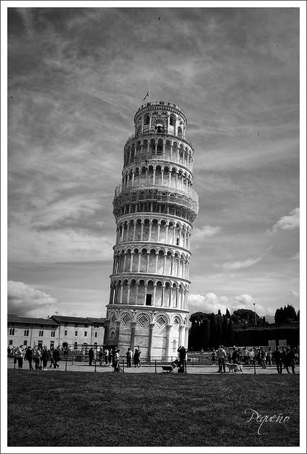 Torre en blanco y negr...