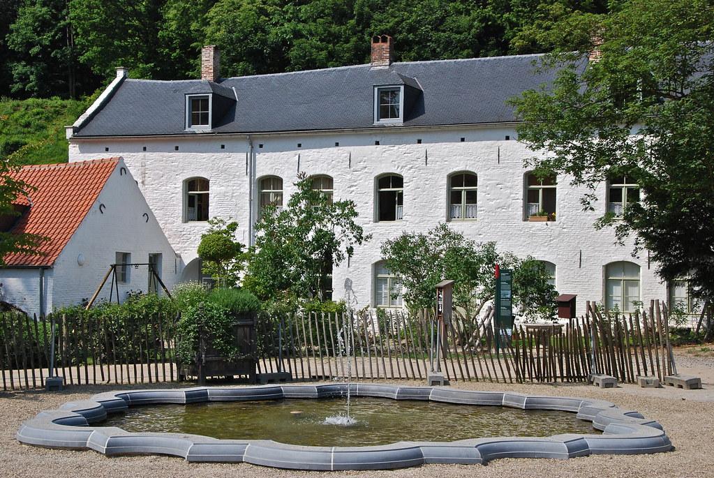 La fontaine et le logis abbaye du rouge clo tre bruxelles for Le comptoir du meuble bruxelles