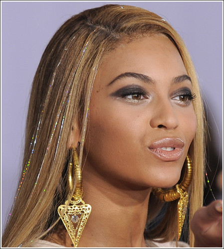 beyonce-grammys-gold-tinsel-hairstyle | by colleenaanna