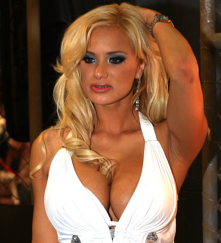 Milf with big tits Shyla Stylez likes bending over in front of camera № 182391 бесплатно