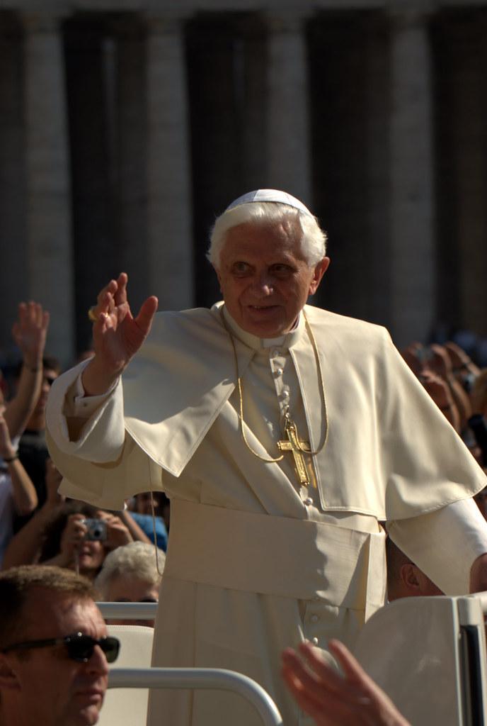 Pope Benedict XVI | Pope Benedict XVI greets pilgrims on ...
