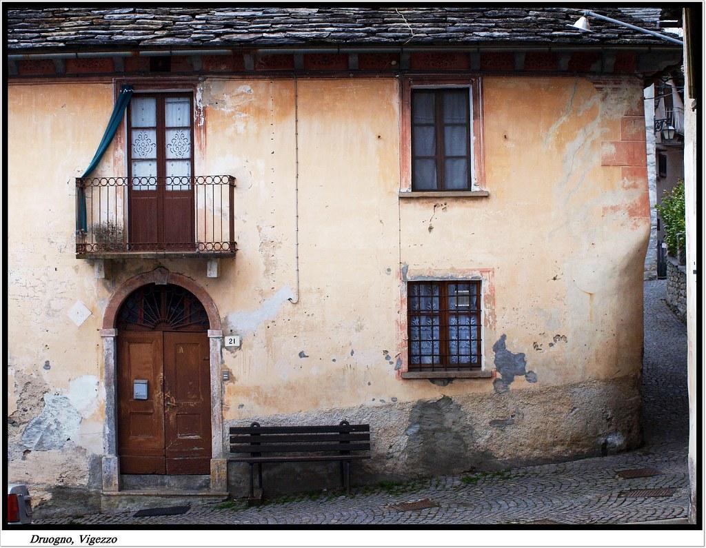 Antiche case a vigezzo druogno muri scrostati nel borgo for Case giapponesi antiche