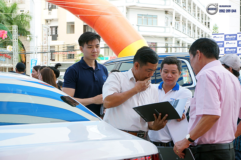 Hinh-03-Volvo-viet-nam-tham-du-hoi-cho-xe-lon-nhat-dong-bang-song-cuu-long