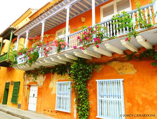 Casa con balcones de madera en el centro historico de ca - Decoracion de balcones con plantas ...