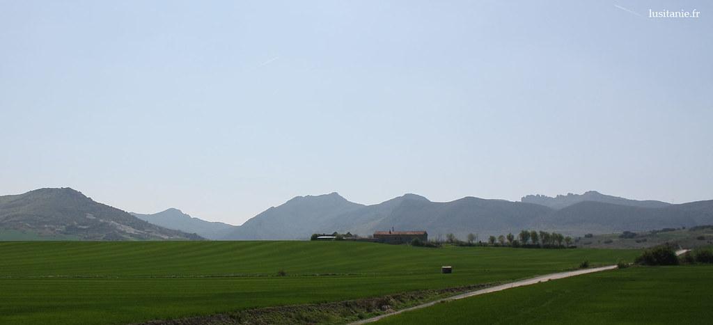 Montagnes, au fond