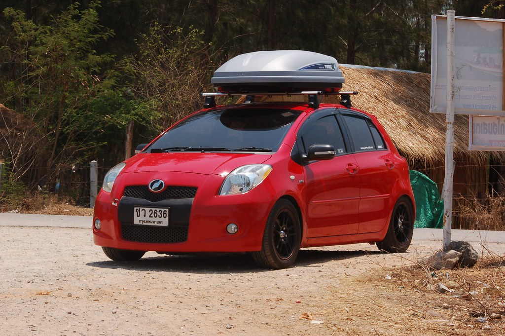 my yaris with thule pacific 100 thule rapid system 750. Black Bedroom Furniture Sets. Home Design Ideas