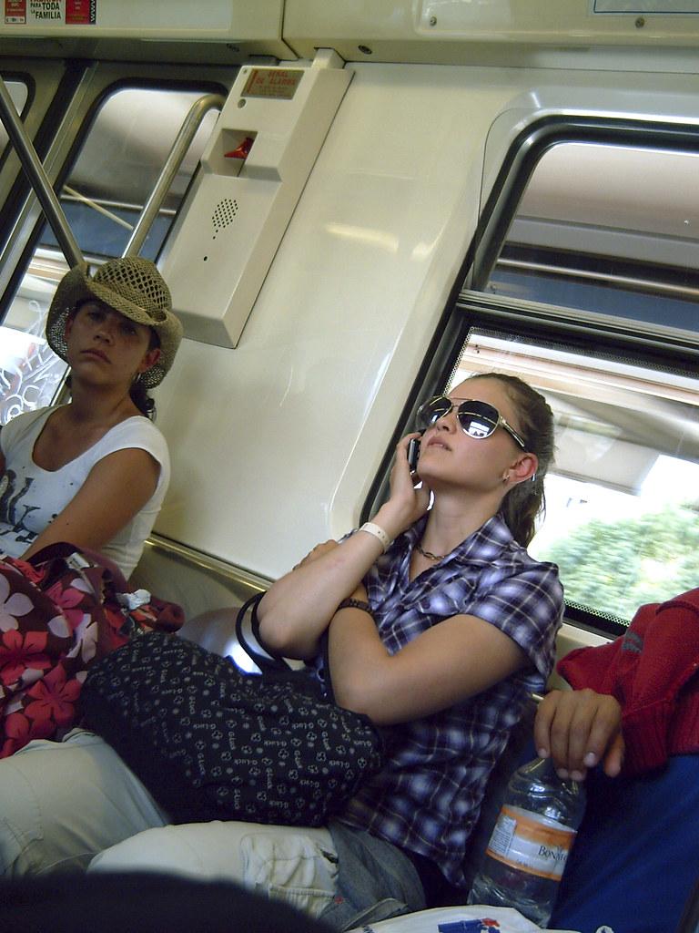2 chicas en el bus besandose a lo loco delante de sus amigos - 2 part 1