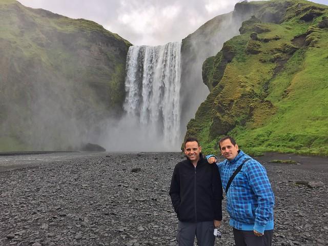 Sele e Isaac Chavetas en Skogafoss (Islandia)