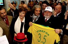 Dilma (Red Hat) Lula (boné ODF e camiseta Firefox)
