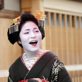 fun / day / girl / laugh / happy / smile : maiko (apprentice geisha) kyoto, japan / canon 7d 舞妓 佳つ奴さん  | by momoyama