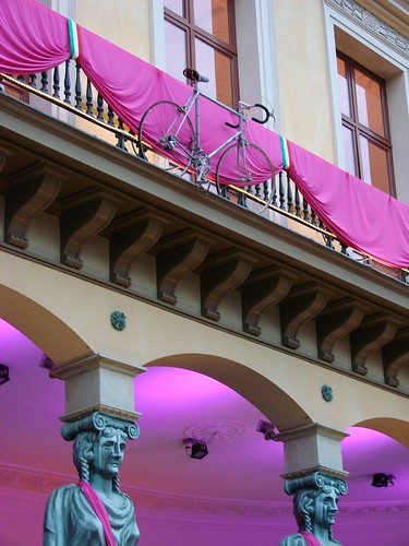 bicycle decoration on the front of the winkel van sinkel on the oudegracht as part of the giro d'italia decorations in utrecht