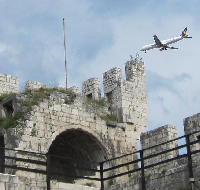 058  linnoitus, rauniot -lentokone