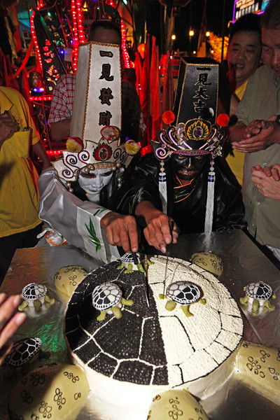 Gods Of Hell S Birthday The Black Amp White Turtle Cake