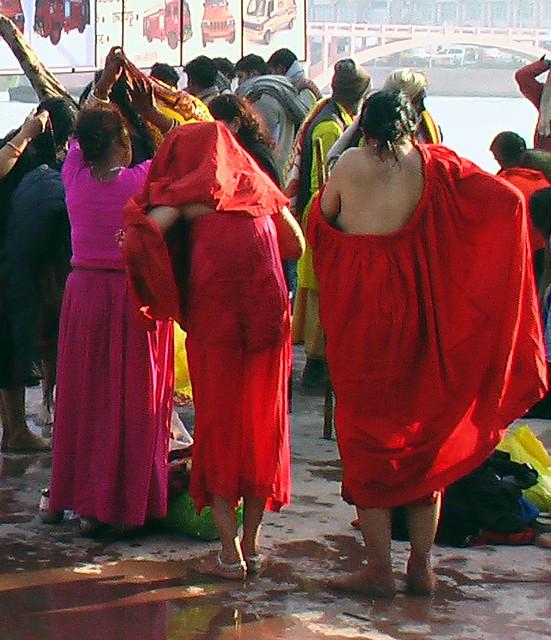 Menjava oblačil pri Kumbh Ajayindia Flickr-7163