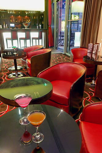 Cool red circle patterned carpet with red couches at the Back Stage Bar the Hotel de la Cité , Lyon , France | by Concorde Hotels Resorts