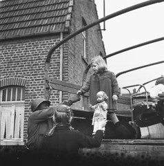 Roermonds meisje kan na de bevrijding weer naar huis / A girl from Roermond is free to return home with her doll after the liberation | by Nationaal Archief