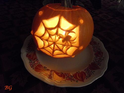 Pumpkin carving spider web sculpture sur potiron toile