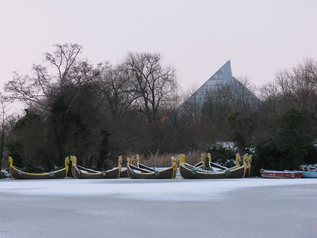 Frozen Dragon Boats On Bedford Boating Lake Oasis Swimming Flickr