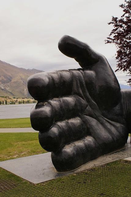 Main tendue, lac Wanaka, Nouvelle-Zélande | La main tendue d… | Flickr
